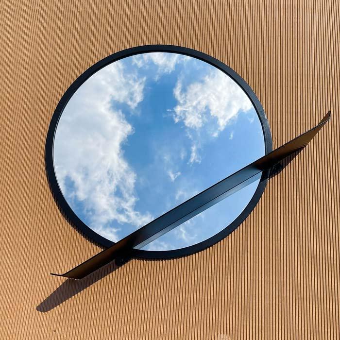 מראה עגולה מעוצבת לחדר שינה - מראה עם מדף